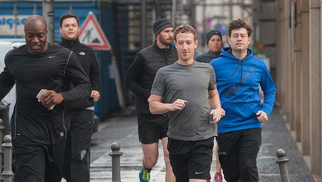 Mark Zuckerberg trotzt in kurzen Hosen und kurzem Leiberl den winterlichen Temperaturen. (Bild: Paul Zinken / dpa / picturedesk.com)