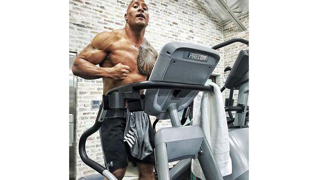 """Statt in der freien Natur trainiert Dwayne """"The Rock"""" Johnson lieber am Laufband. (Bild: Viennareport)"""