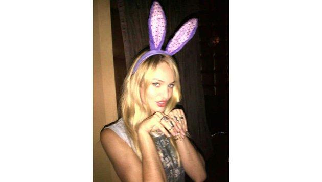 Bei Victoria's Secret trägt Model Candice Swanepoel Flügel, privat und zu Ostern aber Hasenohren. (Bild: Viennareport)