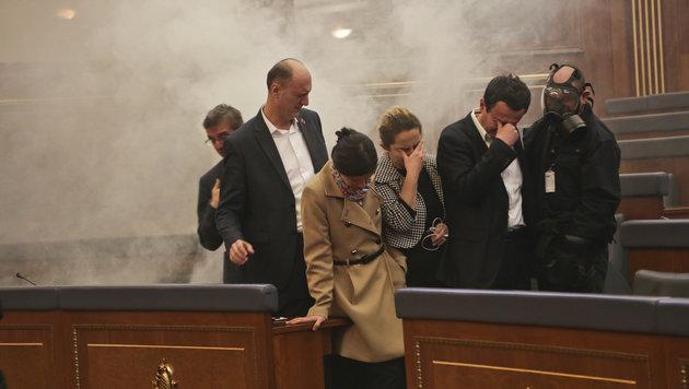 Tränengas im Parlamentsgebäude (Bild: AP)