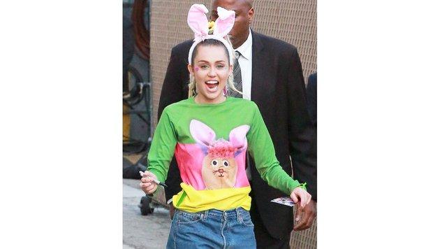 Miley Cyrus mit lustigem Ostershirt und Hasenohren-Haarreif (Bild: Viennareport)