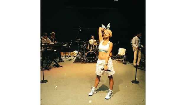 Rita Ora hüpft als Hase durchs Studio. (Bild: Viennareport)