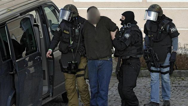 Der Verdächtige wird abgeführt. (Bild: APA/Manfred Fesl)