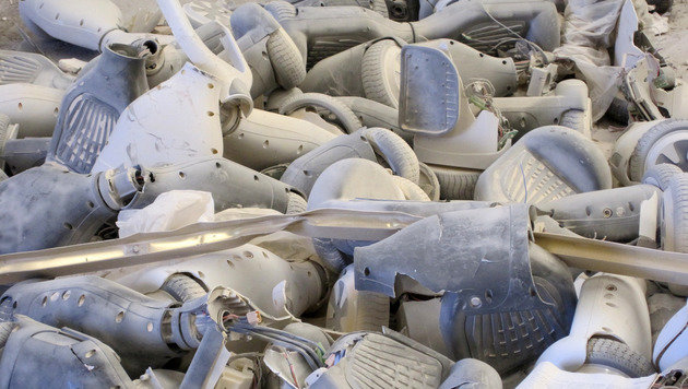 Hier werden gerade 90 Hoverboards zerstört (Bild: Surrey County Council)