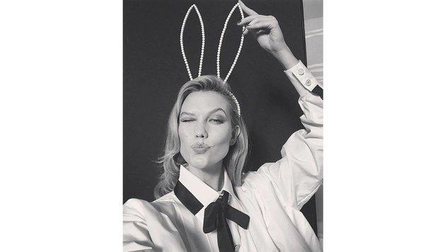 Model Karlie Kloss trägt Perlenohren statt Perlenohrringe. (Bild: Viennareport)