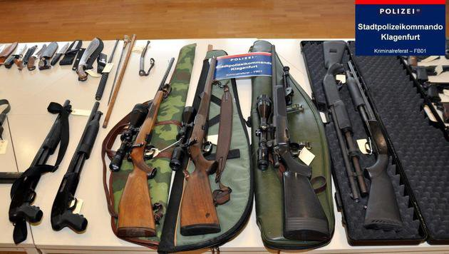 70-Jähriger bunkerte zu Hause Arsenal an Waffen (Bild: APA/POLIZEI)