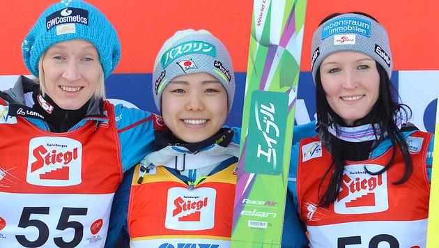 Iraschko-Stolz, Takanashi und Seifriedsberger (Bild: AP)