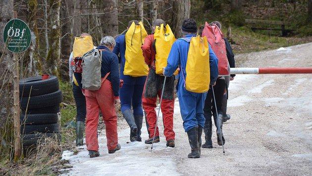 Helfer auf dem Weg zur Hirlatzhöhle (Bild: APA/THOMAS LEITNER)