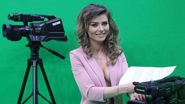 Video: So tief lässt diese TV-Moderatorin blicken (Bild: AFP)