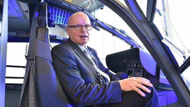 Reinhard Kraxner, Geschäftsführer der Flugrettung, im Cockpit des brandneuen Helikopters (Bild: Patrick Huber)