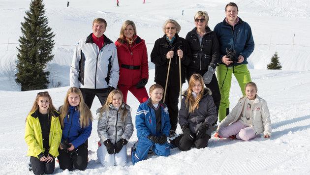Die Königsfamilie während eines Fototermins in Lech (Bild: APA/DIETMAR STIPLOVSEK)