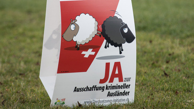 Mit solchen Sujets warb die Schweizerische Volkspartei für ihr Anliegen. (Bild: APA/Keystone/Peter Schneider)