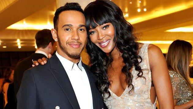 """Lewis Hamiltons Neue? Der F-1-Star mit Top-Model Naomi Campbell. Lewis: """"Meine große Schwester!"""" (Bild: Facebook.com)"""