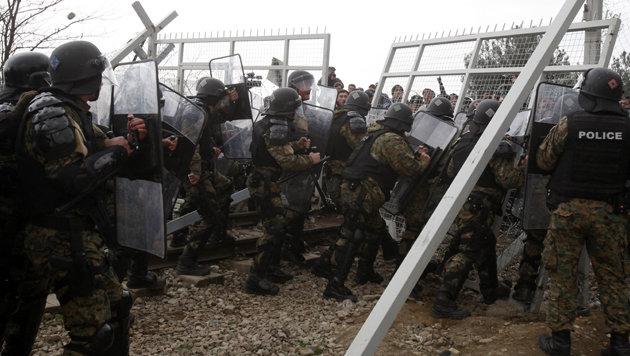 Grenzzaun: Asyl-Lobby verteilt Bolzenschneider (Bild: ASSOCIATED PRESS)