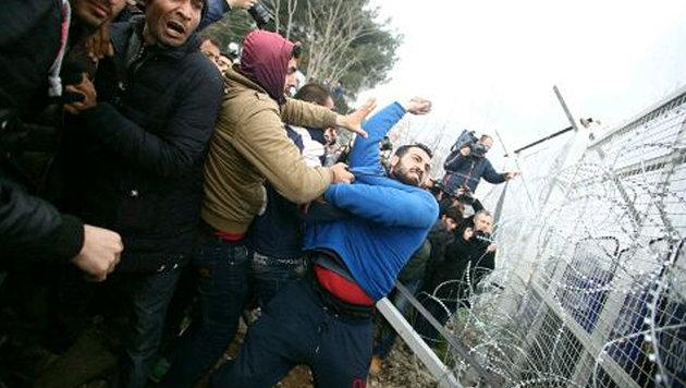 Inszenierter Sturm auf Mazedoniens Grenzzaun (Bild: twitter.com)