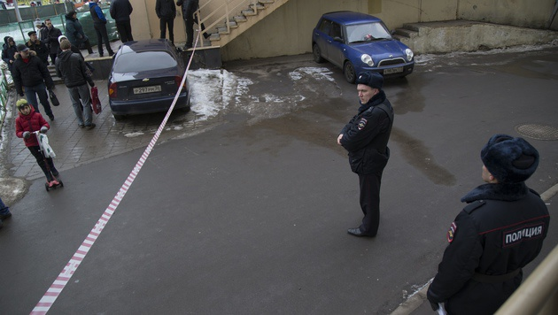 Russische Polizisten sichern den Tatort. (Bild: ASSOCIATED PRESS)