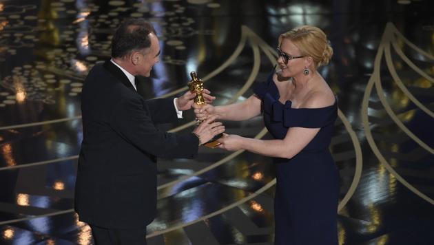 Patricia Arquette überreicht Mark Rylance den Oscar. (Bild: Chris Pizzello/Invision/AP)