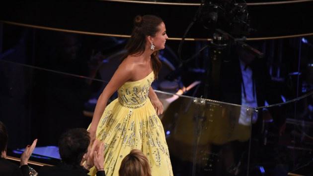 Alicia Vikander holt sich ihre Trophäe ab. (Bild: APA/AFP/MARK RALSTON)