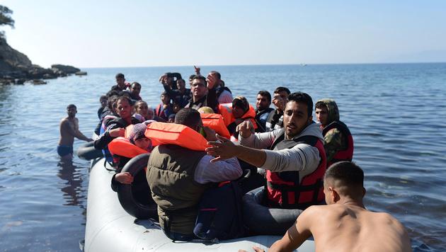 Ein Flüchtlingsboot bei der Überfahrt von der Türkei in Richtung Lesbos (Bild: APA/AFP/Bulent Kilic)