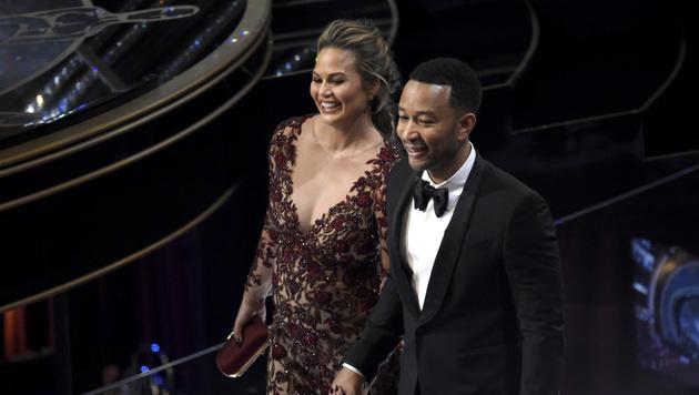Chrissy Teigen und John Legend auf der Suche nach ihren Plätzen (Bild: Chris Pizzello/Invision/AP)
