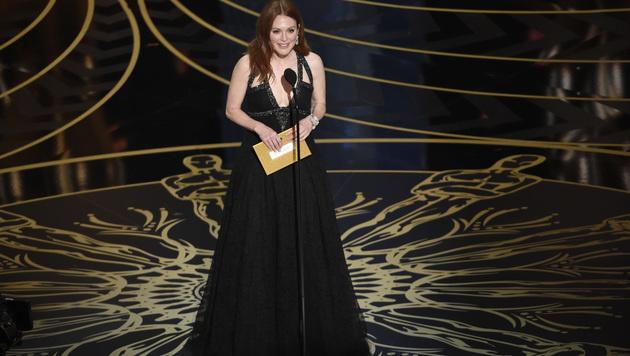 Julianne Moore vergibt den Oscar an den besten Hauptdarsteller. (Bild: Chris Pizzello/Invision/AP)