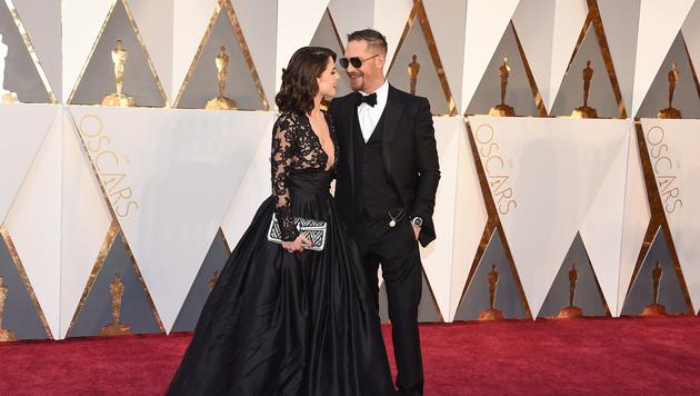 Tom Hardy mit Charlotte Riley (Bild: Jordan Strauss/Invision/AP)