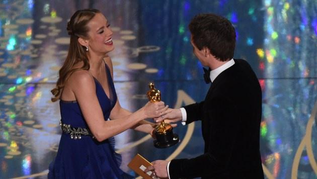 Brie Larson kriegt von Eddie Redmayne ihren Oscar. (Bild: APA/AFP/MARK RALSTON)