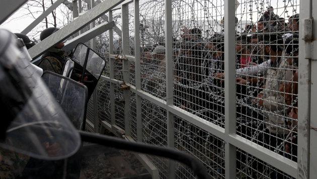 Inszenierter Sturm auf Mazedoniens Grenzzaun (Bild: ASSOCIATED PRESS)