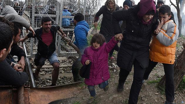 Inszenierter Sturm auf Mazedoniens Grenzzaun (Bild: AP)