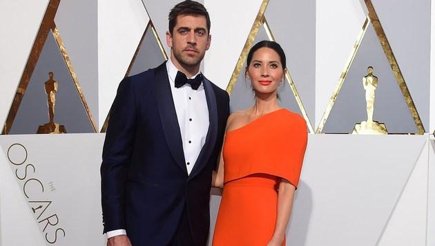 Aaron Rodgers, Quarterback der Green Bay Packers, begleitet seine Freundin zur Oscar-Verleihung. (Bild: APA/AFP/FREDERIC J.BROWN)