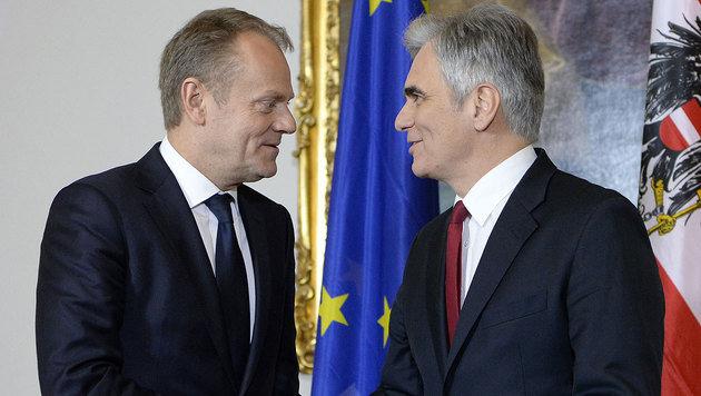 """EU-Ratspräsident Donald Tusk und Kanzler Werner Faymann wollen wieder """"zurück zu Schengen"""". (Bild: APA/AFP/HANS KLAUS TECHT)"""