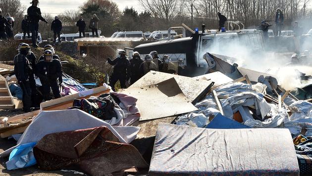 """Schwere Krawalle bei R�umung von """"Dschungel"""" (Bild: APA/AFP/Philippe Huguen)"""