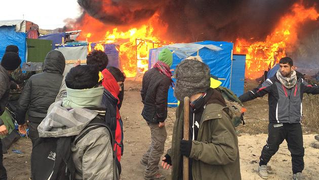 """Brennende Zelte bei der Räumung des """"Dschungels"""" in Calais. (Bild: Associated Press)"""