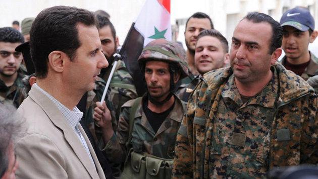 Präsident Assad während eines Besuchs an der Front (Bild: ASSOCIATED PRESS)