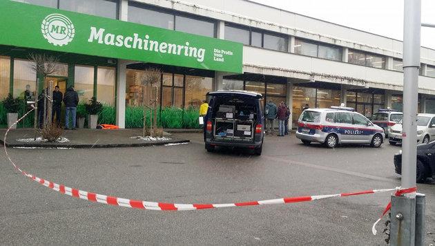 Vor diesem Einkaufszentrum wurde der Tote auf dem Gehsteig entdeckt. (Bild: APA/FOTOKERSCHI.AT/KLAUS MADER)