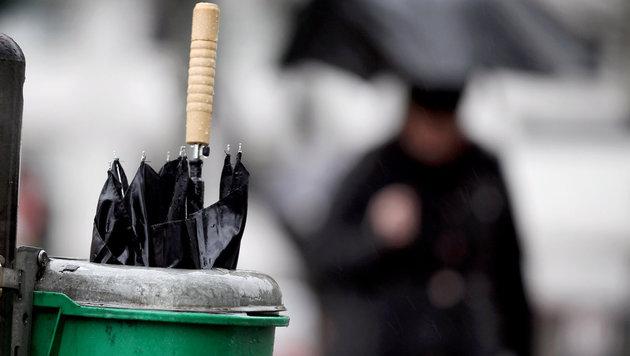 Polizist bei Attacke mit Regenschirm verletzt (Bild: dpa/Martin Gerten (Symbolbild))