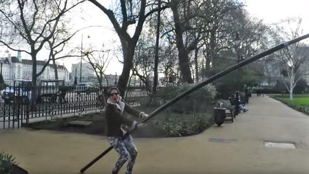 Selfie-Sticks: Dieser Brite hat den längsten (Bild: YouTube.com/James Ware)