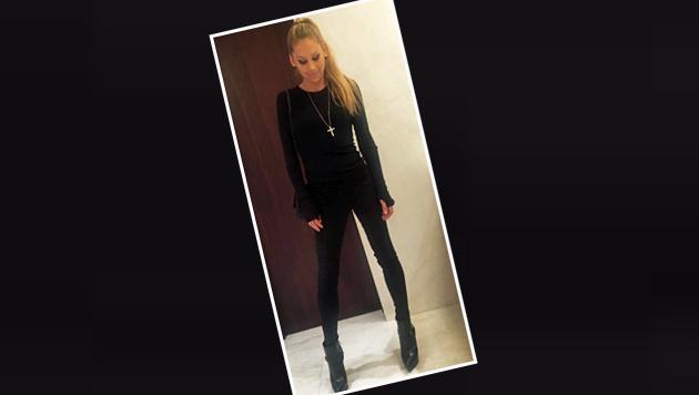 """Ex-Tennis-Star Anna Kournikowa erinnert - ganz in Schwarz - ein wenig an """"Catwoman"""". (Bild: Facebook.com)"""