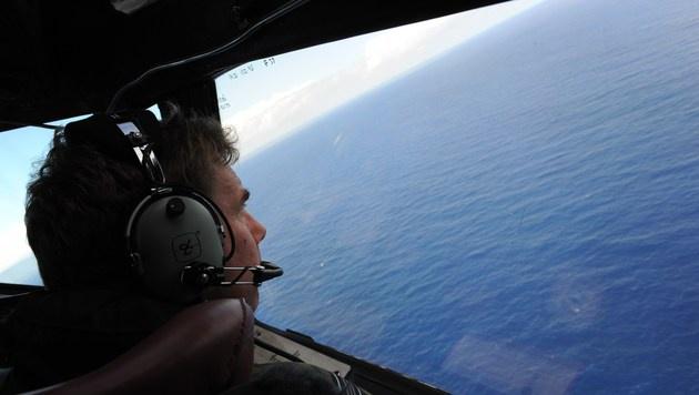 Die Suche nach der verschwundenen Boeing 777 der Malaysia Airlines geht weiter. (Bild: APA/AFP/POOL/GREG WOOD)