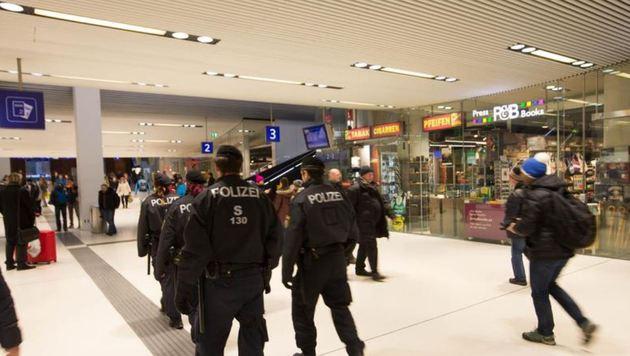 Die Polizei patrouilliert verstärkt am Bahnhof und war schnell vor Ort zum Eingreifen (Bild: Neumayr)