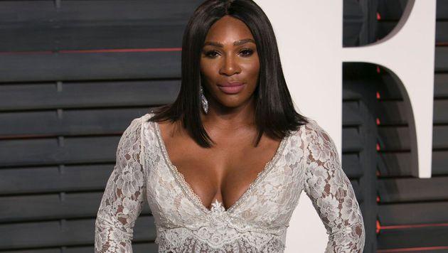 """Fesch! Serena Williams gewährt bei der """"Vanity Fair Oscar Party"""" tiefe Einblicke. (Bild: APA/AFP/ADRIAN SANCHEZ-GONZALEZ)"""