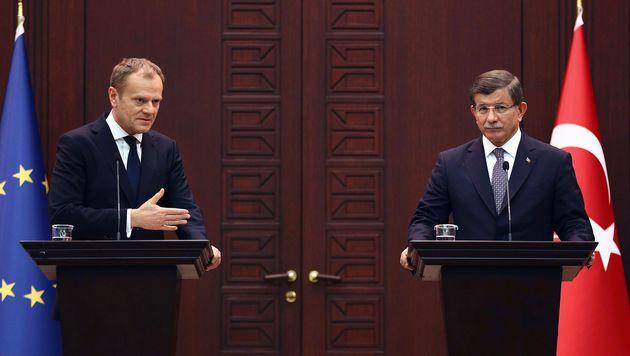 Tusk mit Davutoglu in Ankara (Bild: AFP)