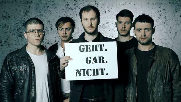 """Wanda verbreiten die Botschaft: """"Gewalt gegen Frauen - Geht. Gar. Nicht."""" (Bild: ORF)"""