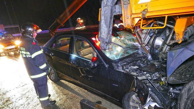 Die Frontscheibe des Mercedes wurde bei dem Horror-Unfall durchbohrt. (Bild: Einsatzdoku.at)