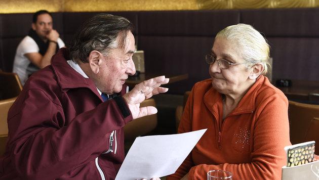 Richard Lugner legt bei der Unterschriftensammlung auch selbst Hand an. (Bild: APA/ROBERT JAEGER)