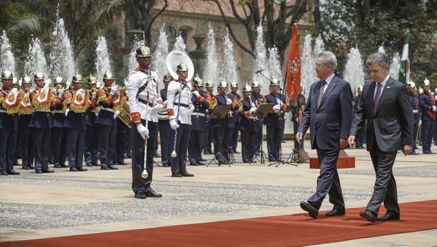 Heinz Fischer und der kolumbianische Präsident Juan Manuel Santos (Bild: APA/BUNDESHEER/PETER LECHNER)