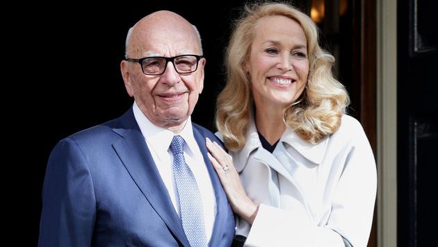 Jerry Hall mit ihrem frisch angetrauten Ehemann Rupert Murdoch (Bild: AP)