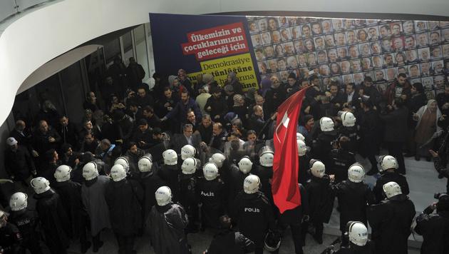 So bringt Erdogan seine Kritiker zum Schweigen (Bild: AP)