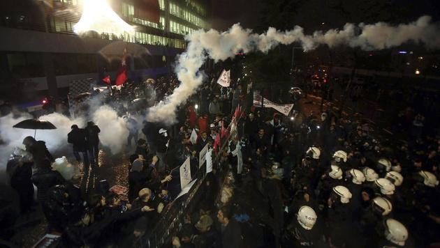 Die türkische Polizei setzte Tränengas gegen die Demonstranten ein. (Bild: AP)