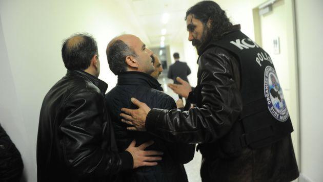 Chefredakteur Abdulhamit Bilici wird von Polizisten aus dem Gebäude gebracht. (Bild: APA/AFP/Zaman Daily Newspaper /SELAHATTIN SEVI)